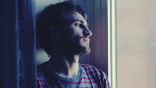 Un homme triste à la fenêtre.