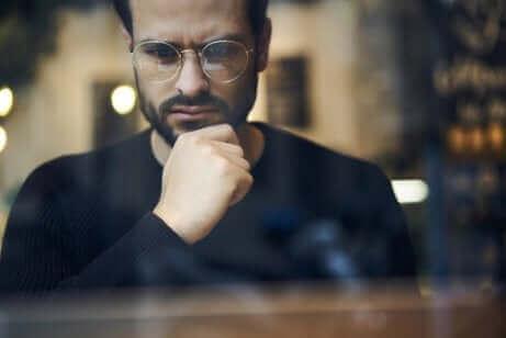 Un homme à lunettes réfléchissant.