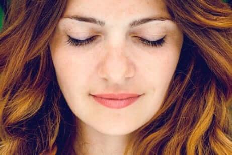 Une femme qui pratique la méditation.