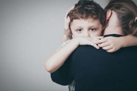 Un enfant dans les bras de sa mère