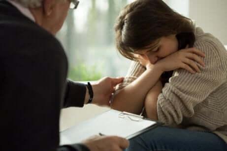Une femme chez le psychologue pour traiter son syndrome de stress post-traumatique