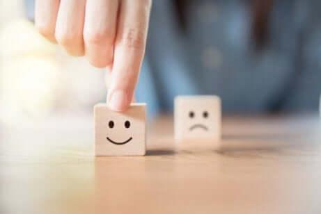 Deux cubes montrant des émotions