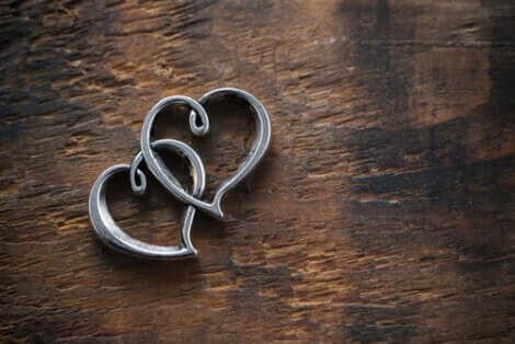 Deux bijoux en forme de coeur représentant l'amour de Mala et Edek.