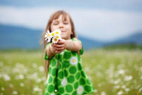 Une petite fille ayant le sens du partage et de la cohabitation.