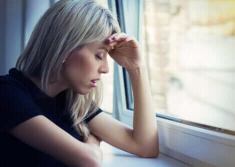 Une femme stressée par le confinement terminé.