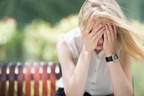 Une femme envahie par l'éco-anxiété.