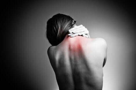 Une femme qui a des douleurs à cause du syndrome d'Ehlers Danlos.