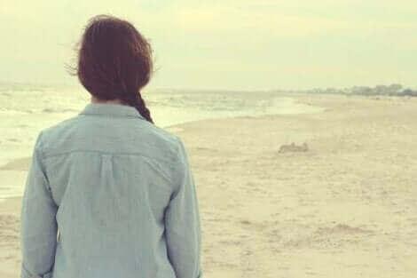 Une femme songeant à comment garder espoir.