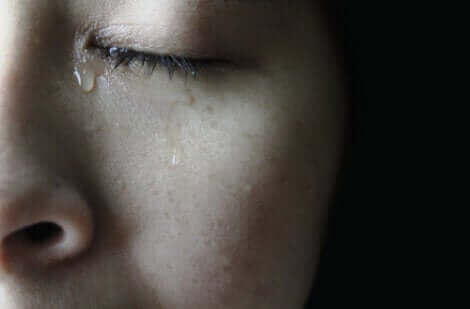 Une femme qui pleure car on a déçu ses attentes.