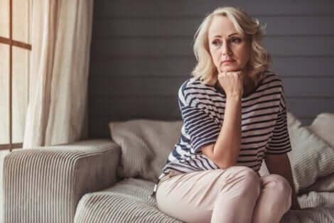Une femme faisant partie des personnes avec des maladies chroniques.