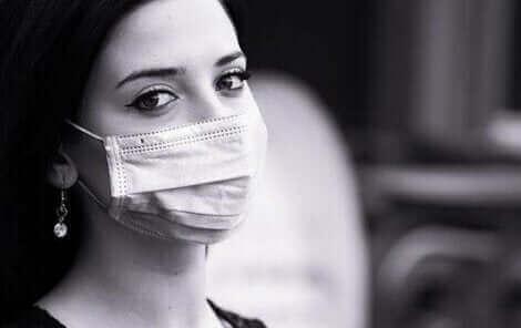 Une femme portant un masque pour le déconfinement.