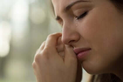 Une femme en pleurs.