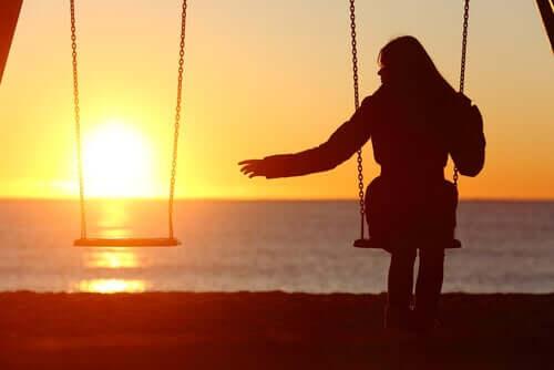 Une femme seule en bord de mer.