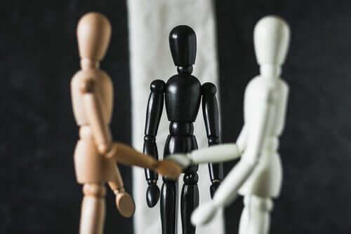 Lamédiation familiale symbolisée par des figurines.