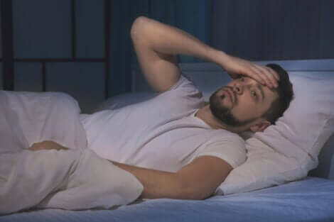 Un homme ayant un mauvais sommeil, ce qui peut provoquer un sentiment de solitude.