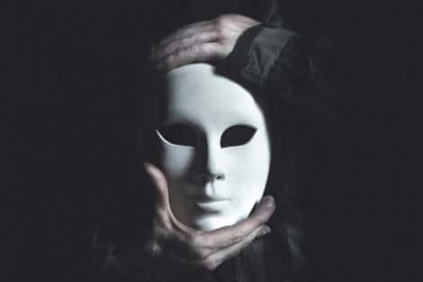 Les masques que nous portons nous éloignent de nos émotions.