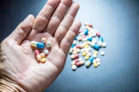 Des médicaments hypnotiques dans une main.