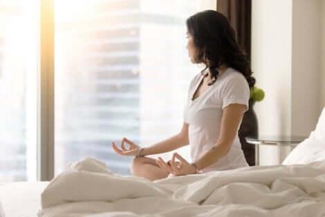 Méditer à la maison apporte de nombreux bienfaits.