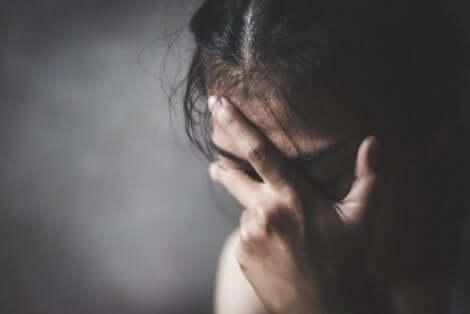 Une personne souffrant de dépression majeure ayant besoin de la postvention.
