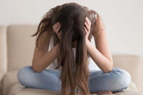 Une femme victime des symptômes du syndrome de Raiponce.
