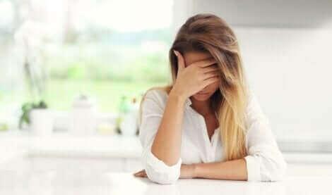 Une femme victime de la maltraitance de ses parents.
