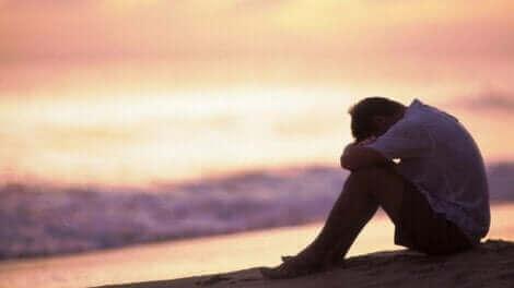 Un homme affecté par la maltraitance dont il est victime de la part de ses parents.