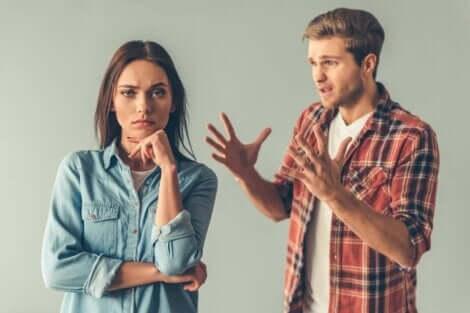 Le manque d'empathie d'une jeune femme envers son compagnon.