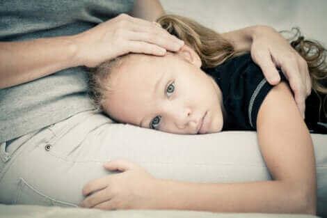 Lorsqu'un enfant a peur, ses parents doivent le rassurer au mieux.