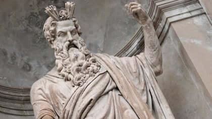 Une statue de Zeus.