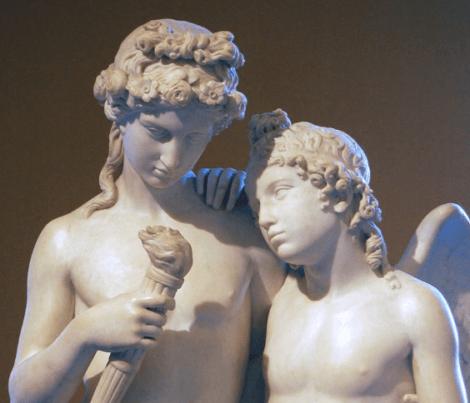 Une sculpture d'Hyménée et de Cupidon.
