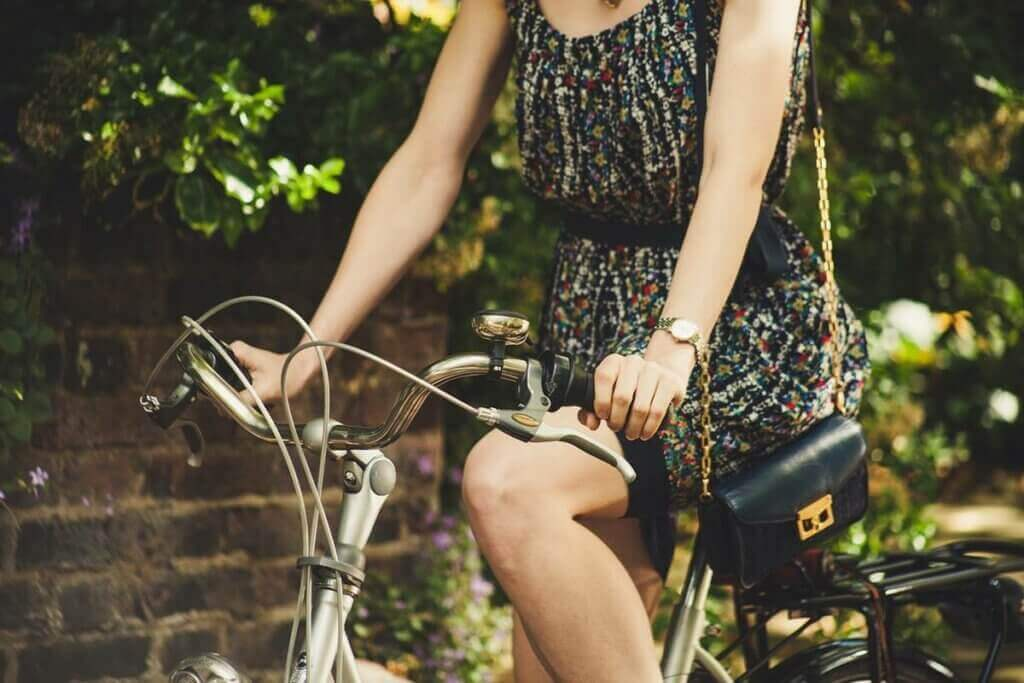 Une femme à vélo.