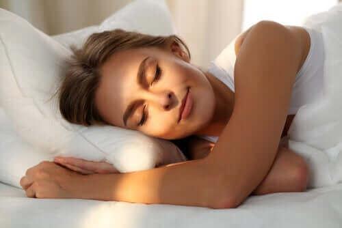 La lumière dans une chambre favorise un bon sommeil.
