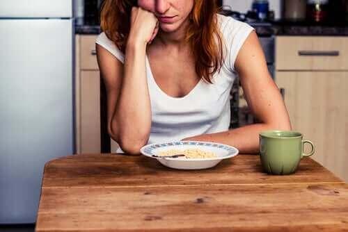Manger par ennui est parfois un phénomène inconscient.