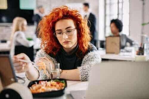 Manger par ennui : Pourquoi faisons-nous cela ?