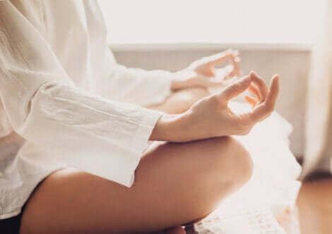 La méditation fait partie des autosoins pour le psychologue.