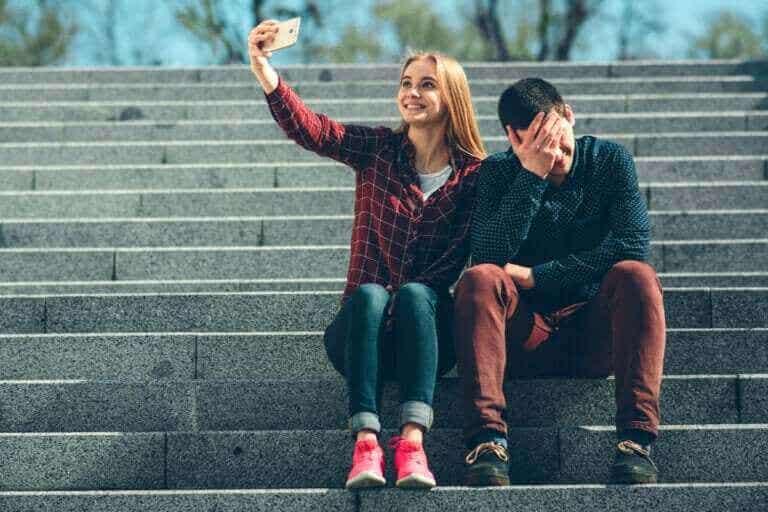 Réseaux sociaux et ressentis : la distance pathologique