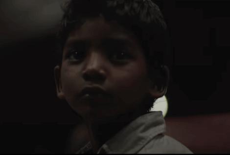 Saroo enfant dans le film Lion.