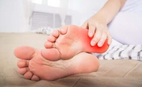 Une personne qui souffre du syndrome des pieds brûlants.
