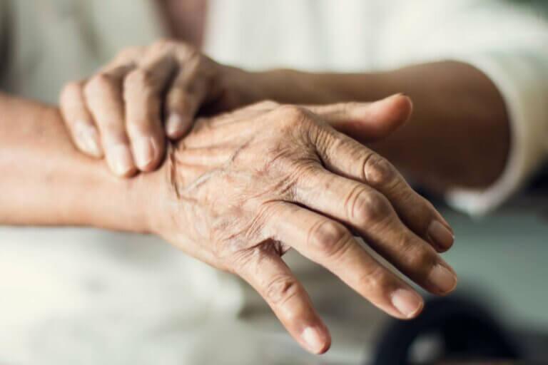 Le tremblement des mains, une des principales caractéristiques de la maladie de Parkinson.
