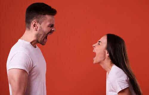 Crier et demander à l'autre de ne pas crier