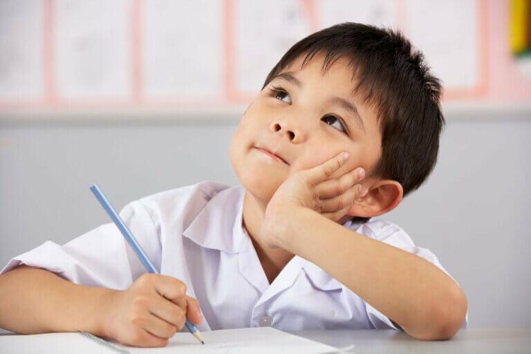 Enfant qui apprend à penser.