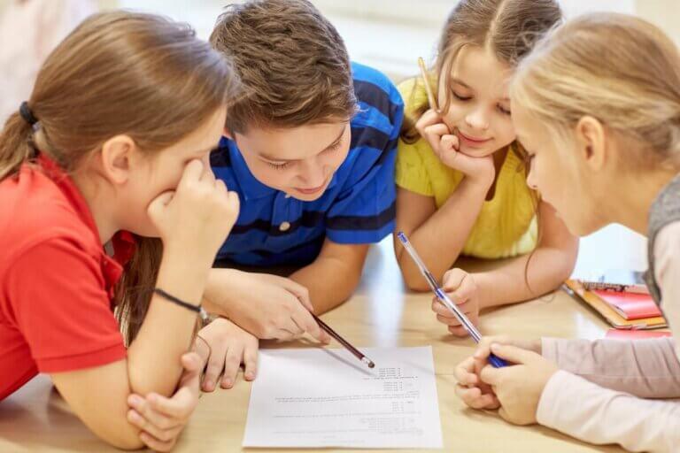 Enfants qui apprennent à penser.
