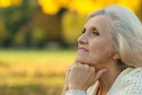 Une femme âgée heureuse.
