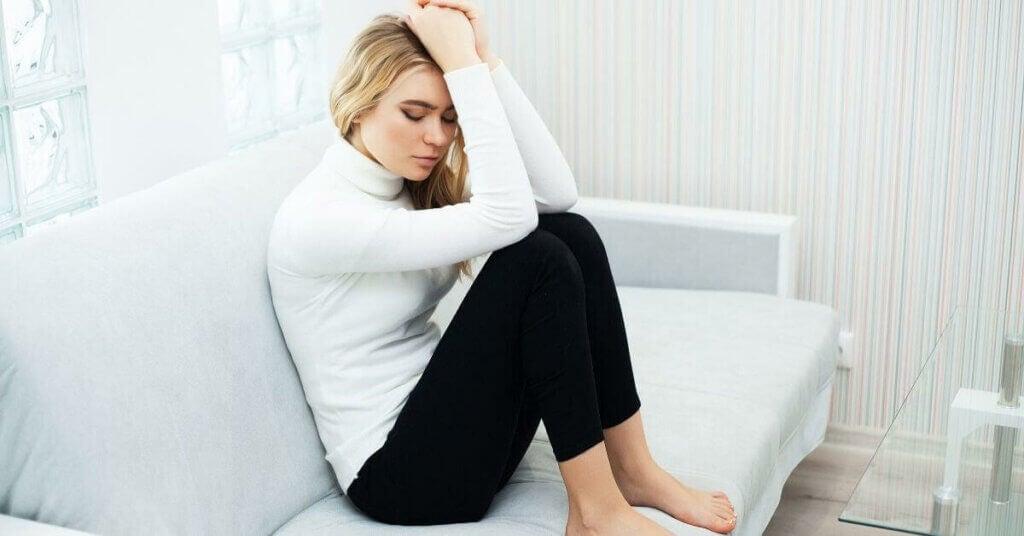 Une femme qui souffre d'angoisse de séparation de couple.