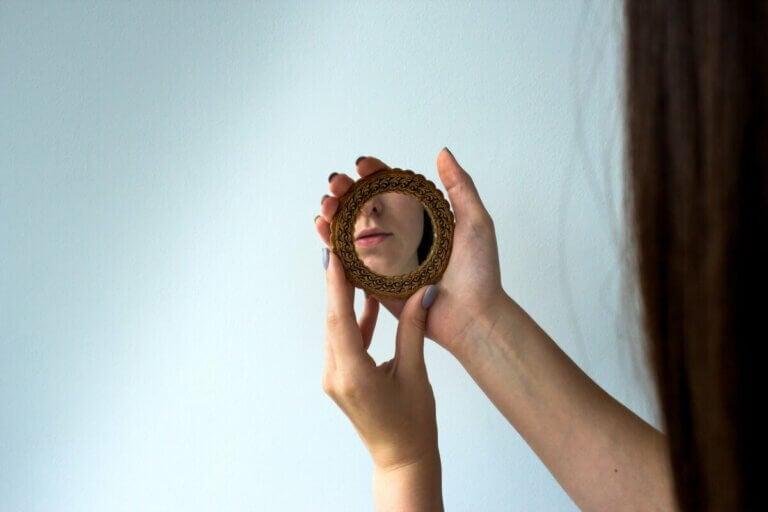 Une femme qui se regarde dans le miroir.