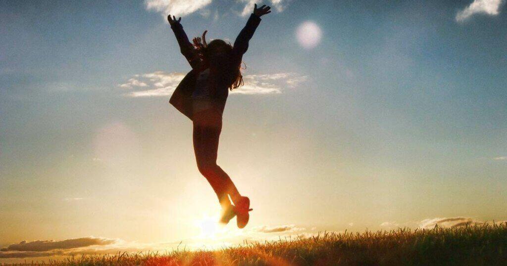 Une femme qui saute en plein air.