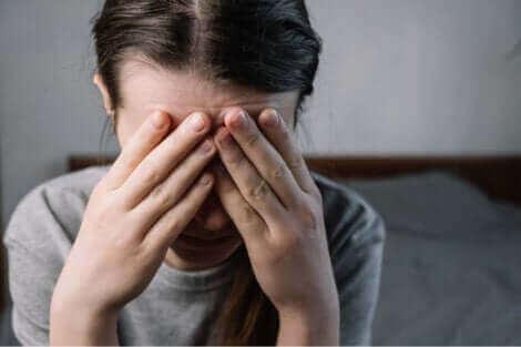 Une femme qui semble stressée.