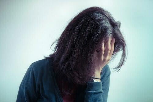 Une femme qui semble triste.
