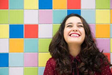 Une femme qui sourit à pleines dents.