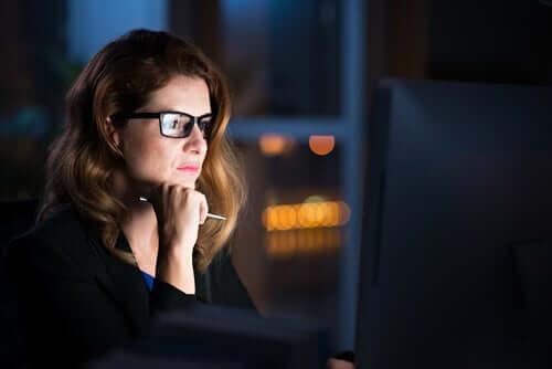 Une femme qui regarde un écran d'ordinateur.